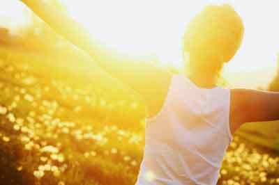 Cercetătorii au demonstrat de ce este bine să ne expunem pielea la soare!