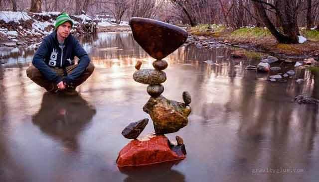 Un artist creează turnuri imposibil de echilibrat doar pentru a medita