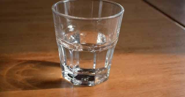 De ce trebuie să nu bem apa care a stat pe noptieră peste noapte