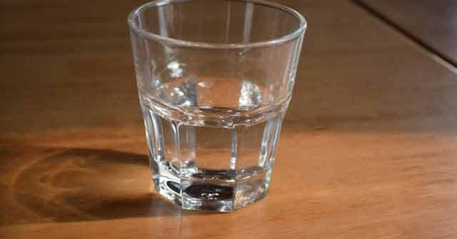 apa potabila lasata mult timp in vase se contamineaza usor cu bacterii