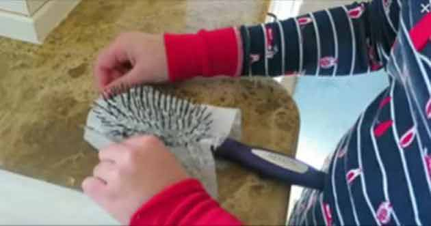 pune un servetel umed pe perie