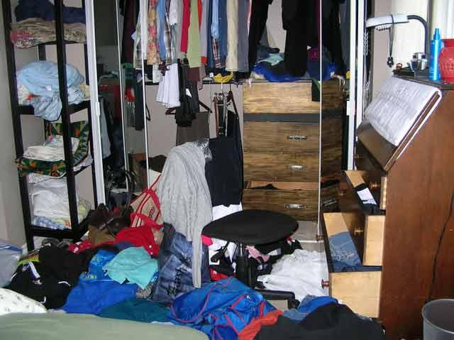 Un truc simplu și eficient pentru curățarea și organizarea dulapului de haine