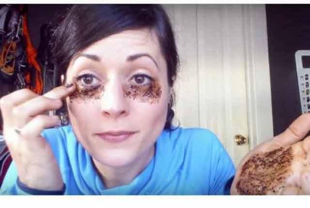 Această femeie folosește aplicații cu cafea pentru a scăpa de cearcane, iar rezultatele ei sunt absolut remarcabile!