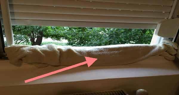iata de ce a asezat un prosop la geam