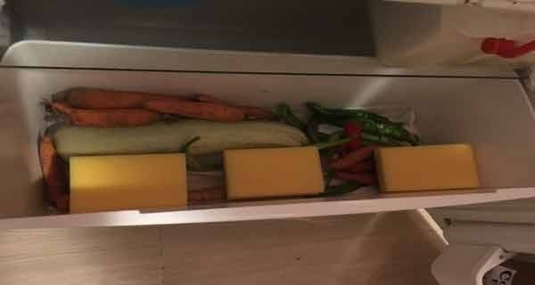 A pus 3 bureți pe fundul frigiderului. Efectul uimitor te va îndemna să procedezi la fel!