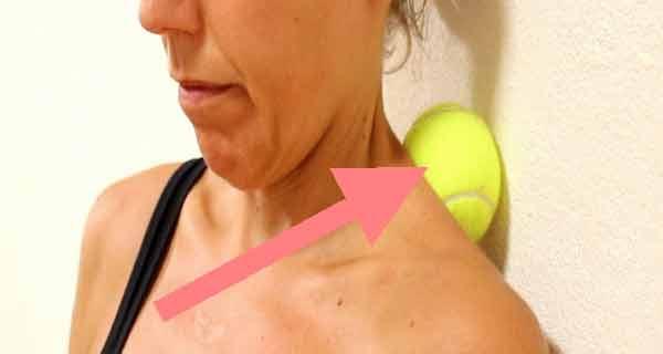 Trucul cu mingea de tenis care calmează rapid durerile de spate, de gât și de genunchi