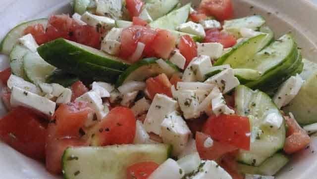 Nu mai combina aceste alimente în aceeași salată, îți poți distruge sănătatea!