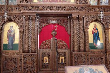 spatele la altar